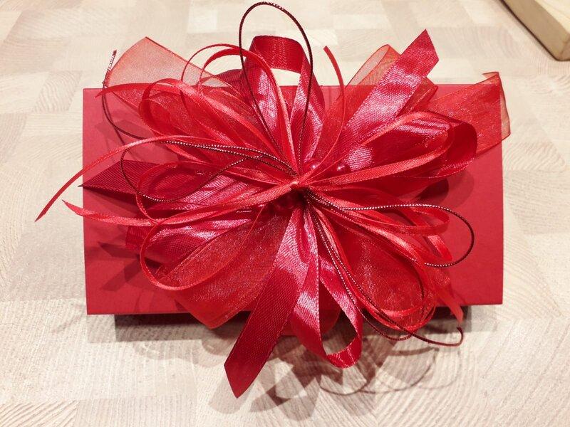 Dāvanu iesaiņošana - sarkana kārbiņa ar sarkanu pušķi