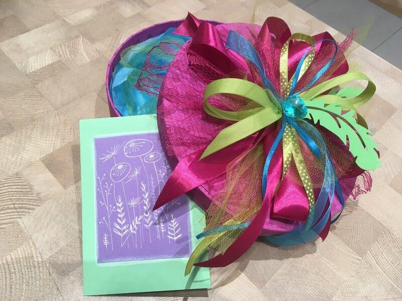 Dāvanu iesaiņošana - koša apaļa dāvanu kaste ar apsveikuma kartīti