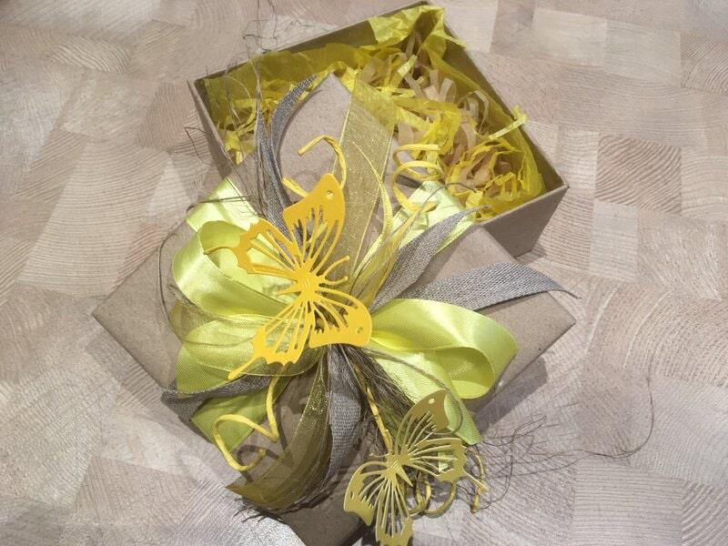 Dāvanu iesaiņošana - pavasarīga dāvanu kastīte ar taureņiem
