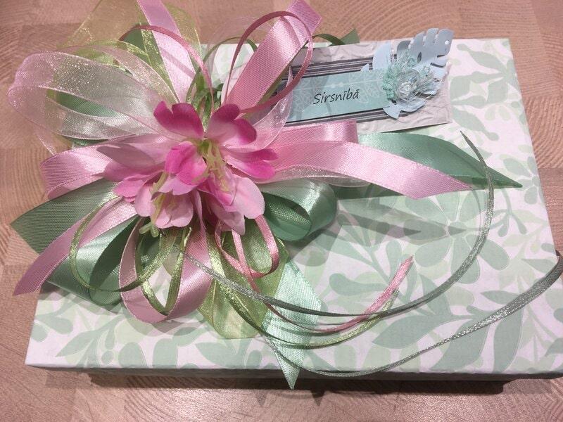 Dāvanu iesaiņošana - dāvanu kaste ar pušķi un vārda kartīti
