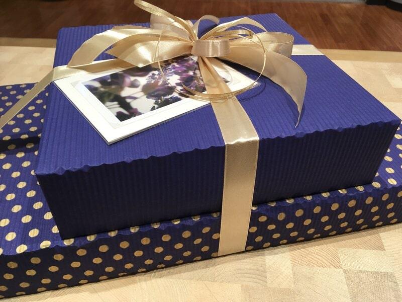 Divas dažādas kastes vienā dāvanu iesaiņojumā