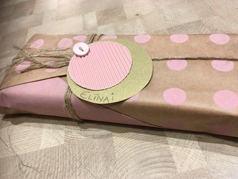 Dāvanu iesaiņošana dabīgi brūnā papīrā ar uzdruku