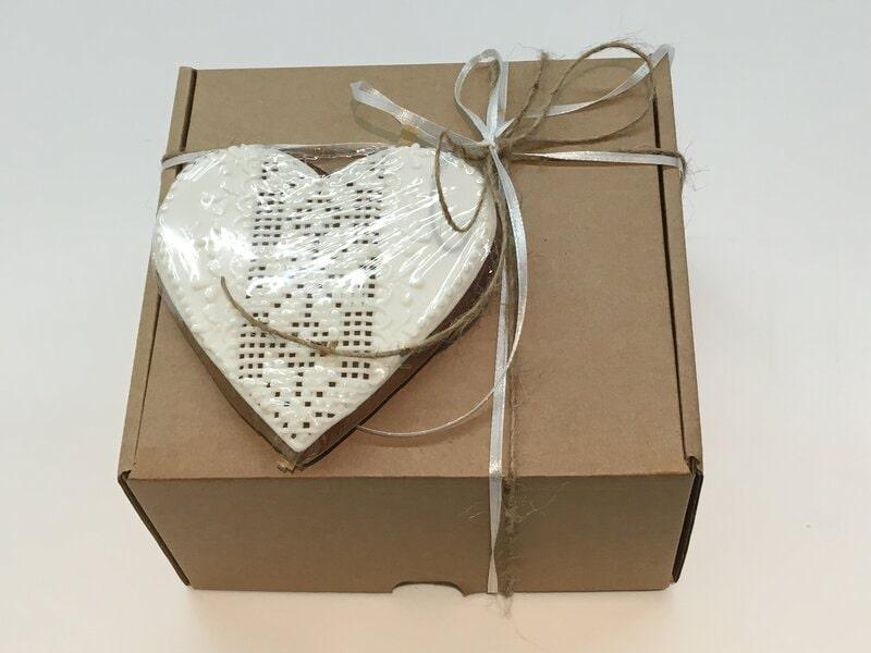 Vienkārši noformēta dāvana dabīgi brūnā kartona kastītē