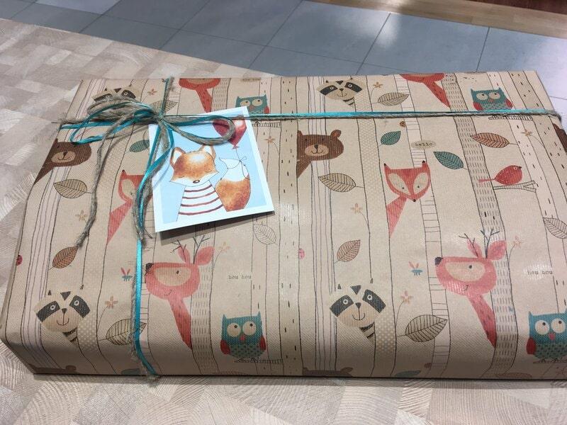 Iesaiņota dāvana ar apsveikuma kartīti bērnam