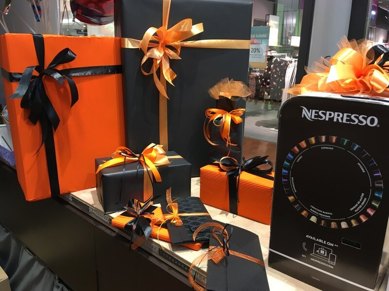 Dāvanu iesaiņošana oranžos un melnos toņos