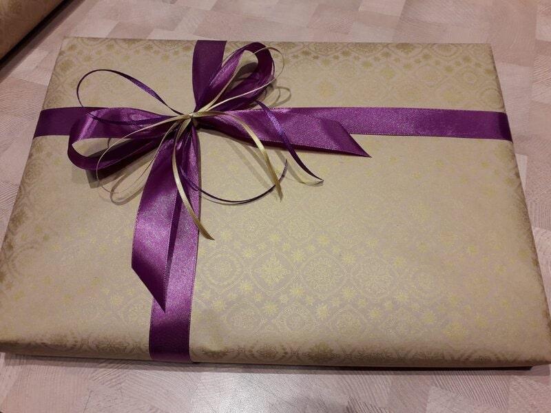 Dāvanu iesaiņošana kraftpapīrā ar zelta rakstu un violetu lenti