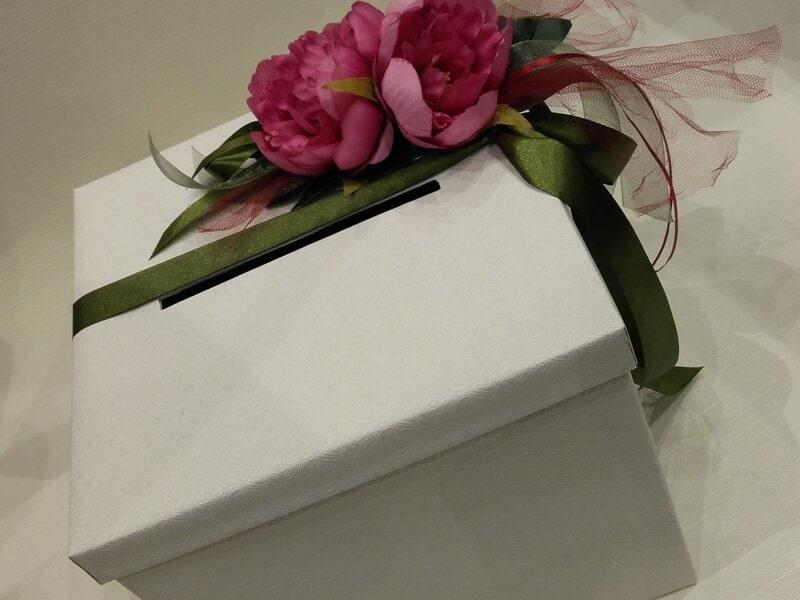 Balta dāvanu kaste aploksnēm