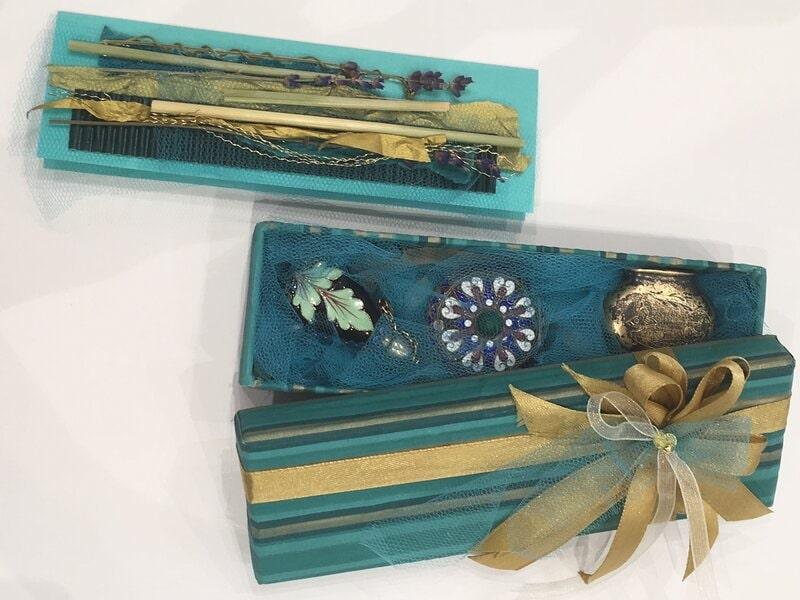 Dāvanu iesaiņošana - garena neliela dāvanu kārbiņa ar pieskaņotu kartīti