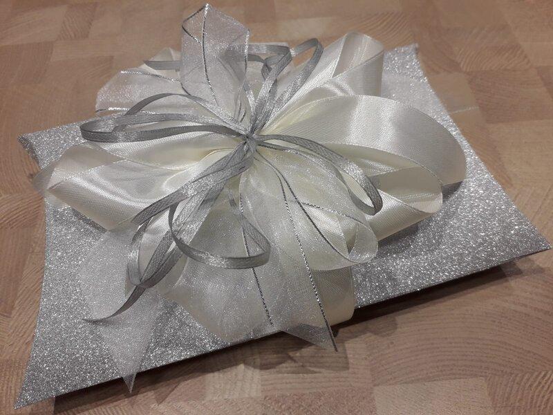 Dāvanu iesaiņošana - spilvenveida kastīte ar pušķi