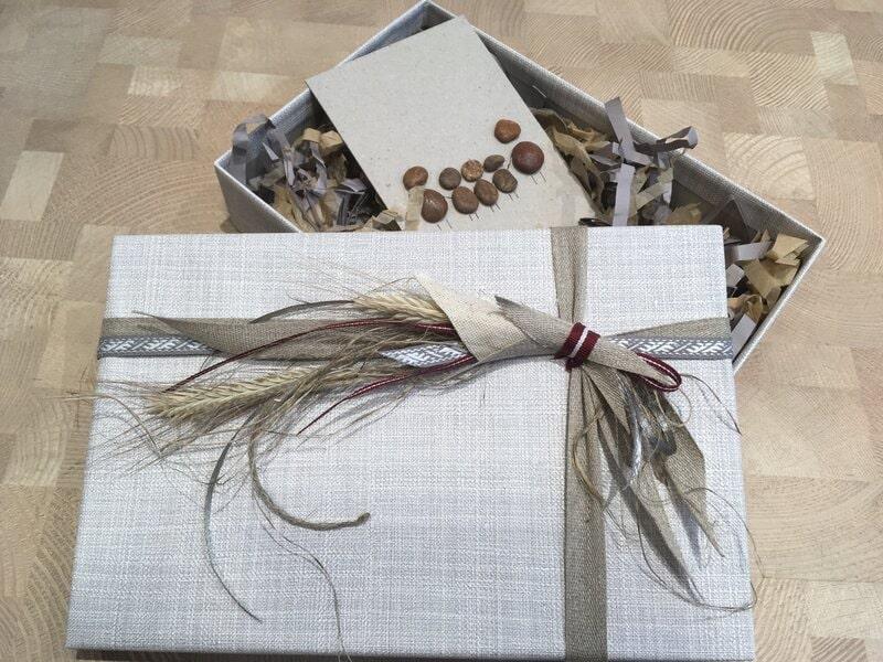 Dāvanu iesaiņošana - A6 izmēra dāvanu kastīte ar apsveikuma kartīti