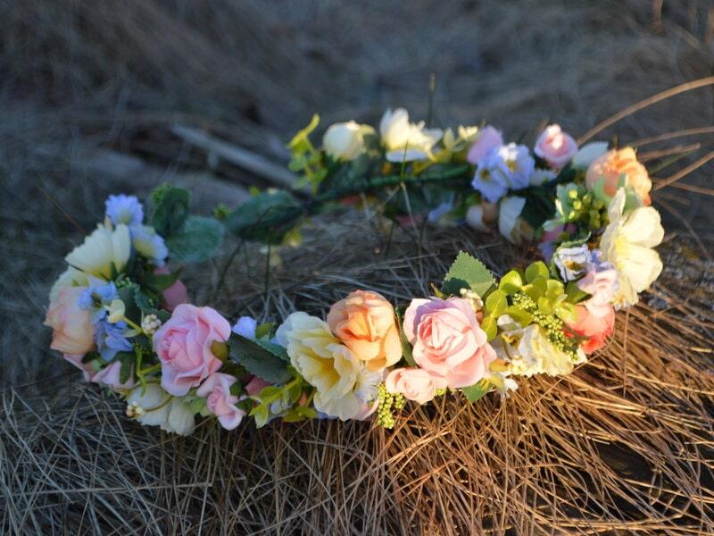 Mākslīgo ziedu vainadziņš ar rozā rozēm