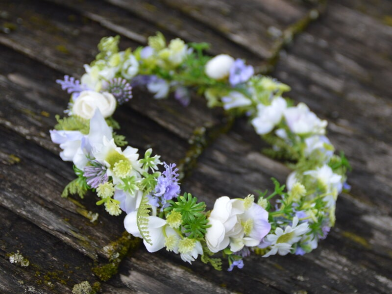 Balts mākslīgo ziedu vainadziņš