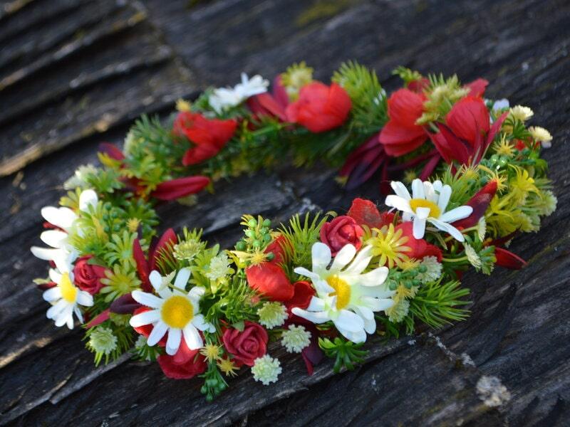 Sarkans ar baltu mākslīgo ziedu vainadziņš