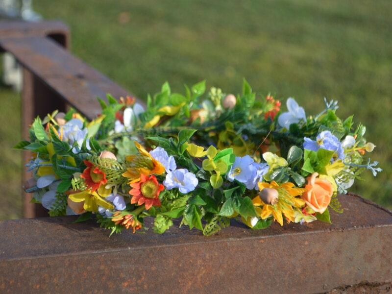 Mākslīgo ziedu vainadziņš ar oranžiem ziediem