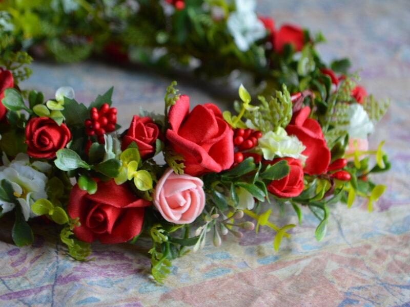 Mākslīgo ziedu vainadziņš ar sarkanām un rozā rozēm