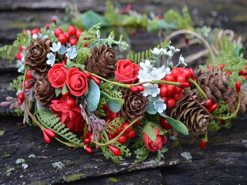 Mākslīgo ziedu vainadziņš ar čiekuriem un sarkaniem ziediem