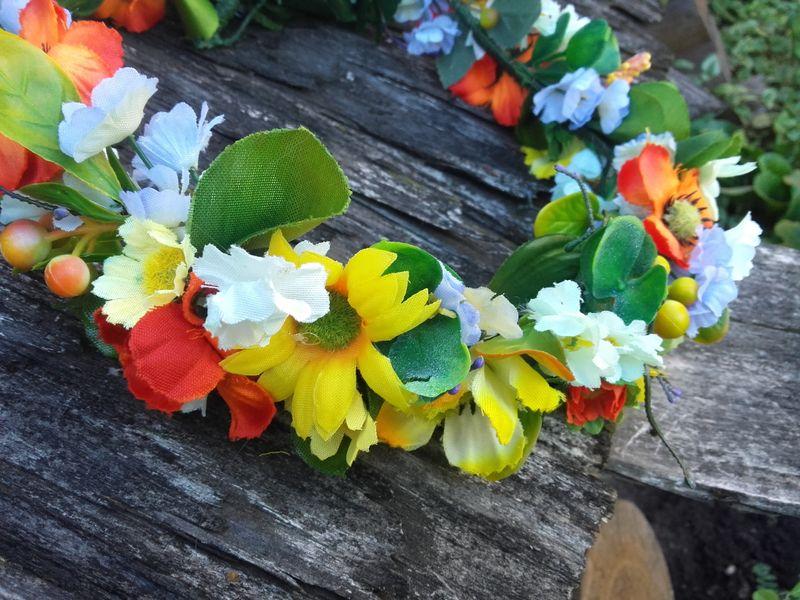 Košs mākslīgo ziedu vainadziņš