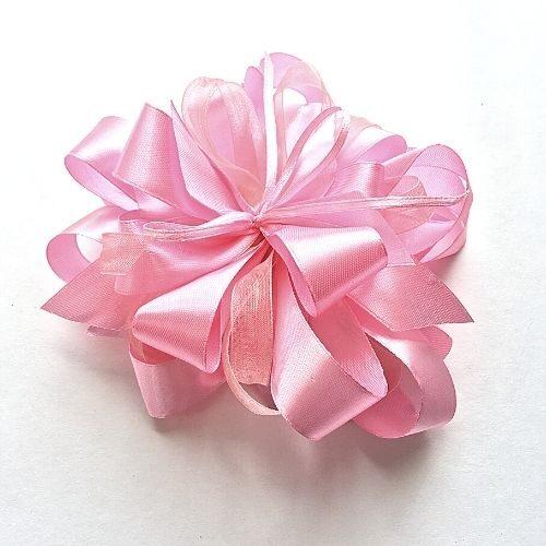 Gaiši rozā dāvanu pušķis