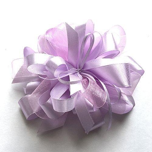 Gaiši violets dāvanu pušķis