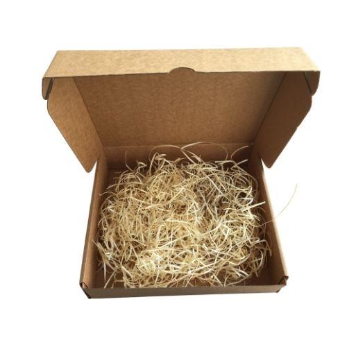 Kartona kaste ar koka skaidām