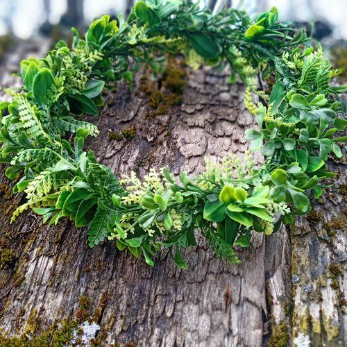 Zaļš mākslīgo ziedu vainadziņš