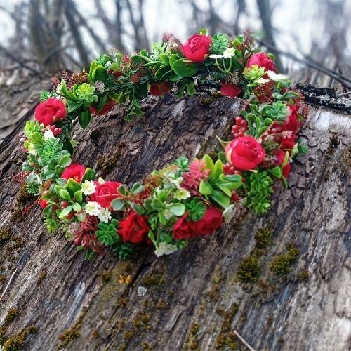Mākslīgo ziedu vainadziņš ar sarkanām rozītēm
