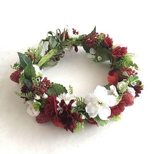 Sarkanbalts mākslīgo ziedu vainadziņš