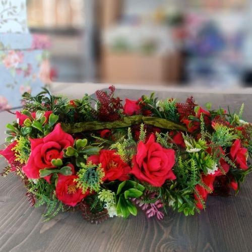 Košs mākslīgo ziedu vainadziņš ar rozēm