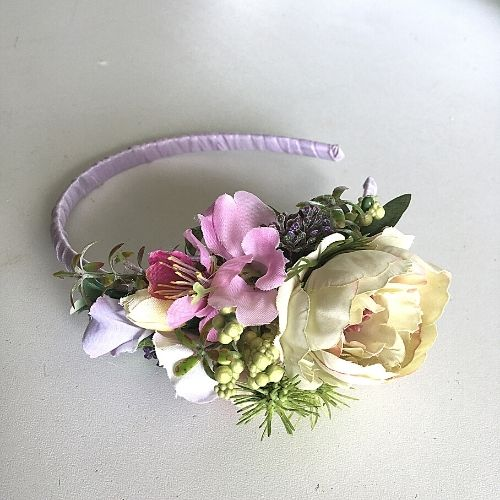 Gaiši violeta matu stīpiņa ar mākslīgajiem ziediem